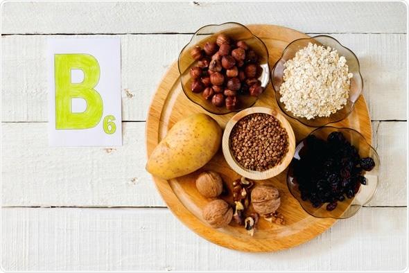 Comidas que contienen la vitamina B 6: avellanas, patatas, harina de avena, pasa, alforfón, nueces - derechos de autor de la imagen: Elena Hramova/Shutterstock