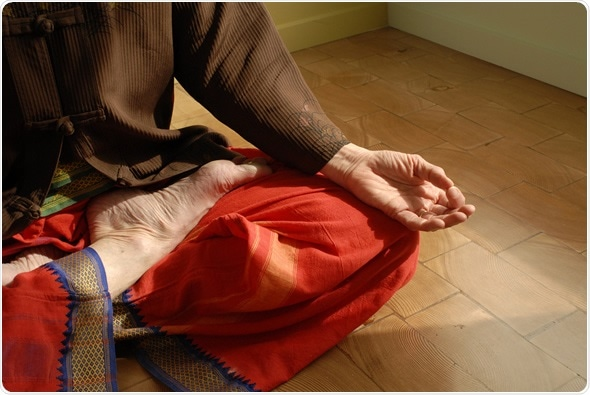 Cultivé étroitement de la femelle mature dans la pose de Lotus de yoga à l