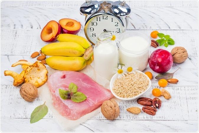 O melhor alimento para obter o sono. Ricos dos alimentos do tryptophene e do melatonin. Crédito de imagem: Ekaterina Markelova/Shutterstock