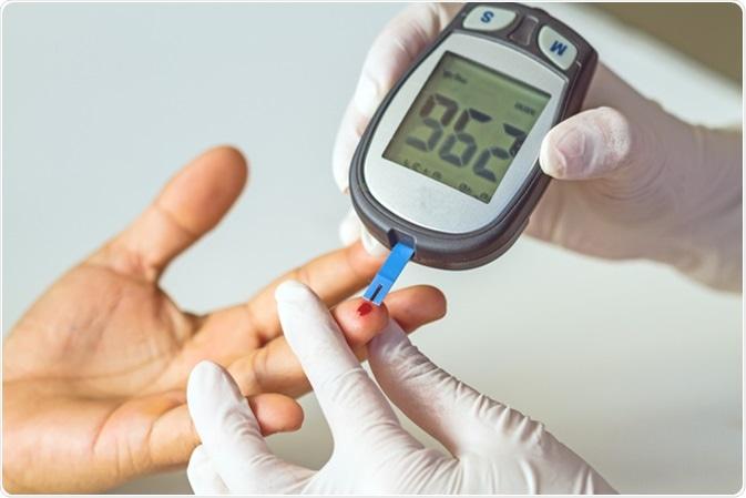 Il metro di glucosio di sangue, il valore dello zucchero di sangue è misurato su una barretta. Credito di immagine: Pittawut /Shutterstock
