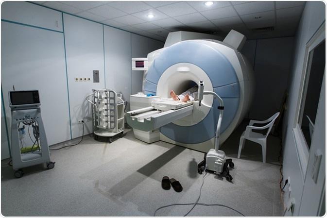 Paciente que es explorado y diagnosticado en un analizador de MRI (proyección de imagen de resonancia magnética) en un hospital. Haber de imagen: zlikovec/Shutterstock