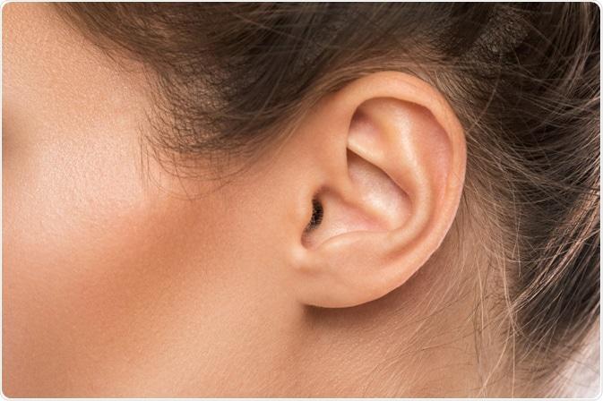 Maschera della donna che mostra orecchio