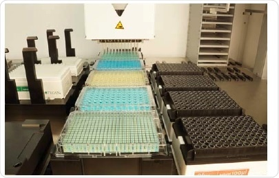 The Multiple Channel Arm equipped with the 96 out of 384 adapter plate and 96 disposable tips transfers liquid from a 96- to a 384-well plate.