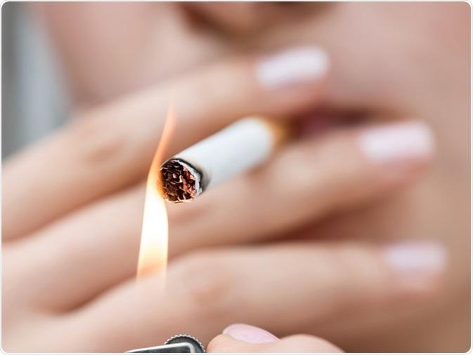 Sigaretta di fumo della donna