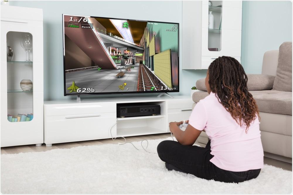 Menina que joga jogos de vídeo