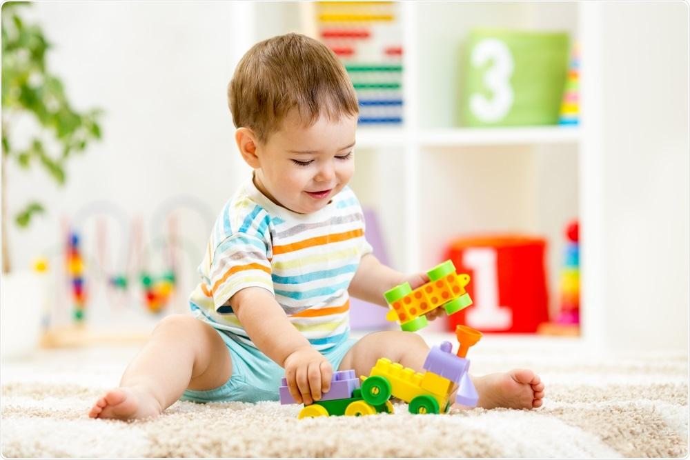 Neonato che gioca con i suoi giocattoli - la nuova terapia genica permetterà che i bambini crescano ed esplorino il mondo.