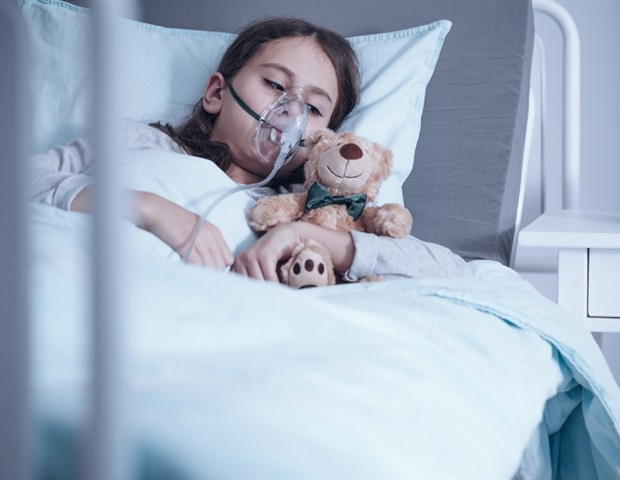Kid With Cystic Fibrosis Lying In A Hospital Bed With Oxygen Mask And Plush Toy    Photographee.eu A1 1fea469355c34ada922185b319b527da 620x480