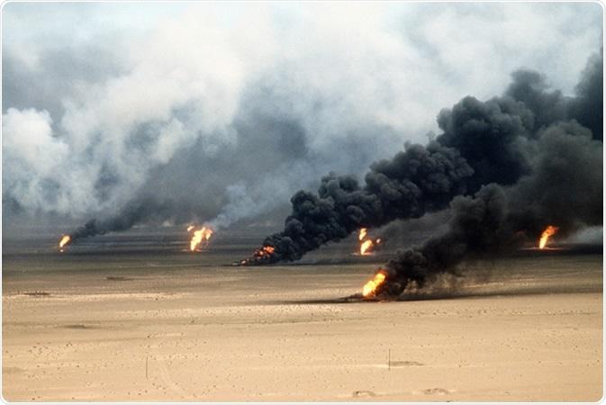 O poço de petróleo despede a raiva fora da Cidade do Kuwait no rescaldo da primeira Guerra do Golfo. As tropas iraquianas em retirada ajustaram o incêndio aos campos petrolíferos de Kuwait. 21 de março de 1991. - Crédito de imagem da imagem: Everett histórico/Shutterstock