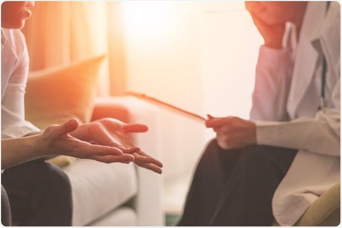 Medico professionista dello psicologo si consulta nella sessione di psicoterapia o nella salubrità di diagnosi del consulente legale. Credito di immagine: BlurryMe/Shutterstock