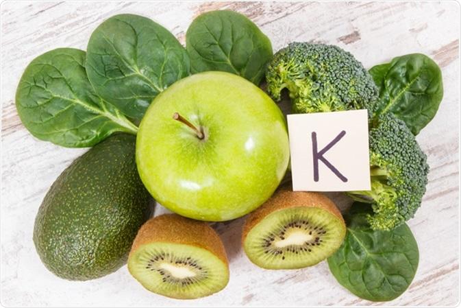 Frutas e legumes frescas que contêm o crédito de imagem da vitamina K.: Ratmaner/Shutterstock