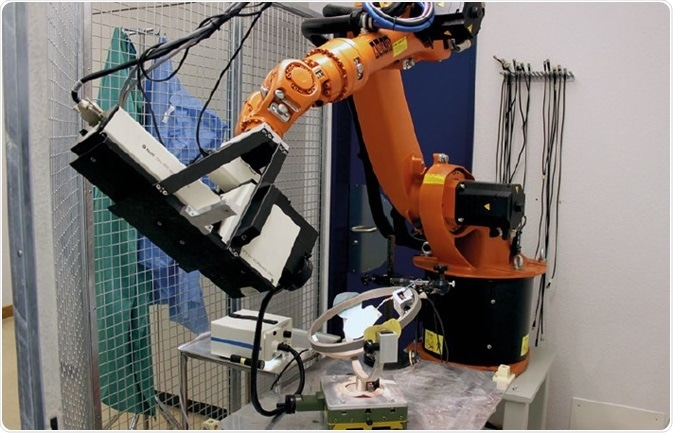 Experimental setup: the robot arm enables control of the desired position of the scanning-laser-vibrometer so that vibration of the stirrup can be measured as well as vibrations of the temporal bone.