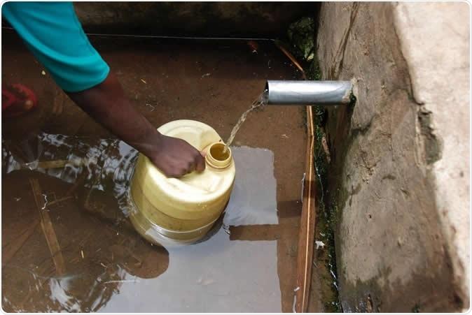 Os nascentes de água podem ser um factor significativo na transmissão da lombriga (geralmente através da contaminação fecal). O tratamento da água apropriado apenas pode reduzir a transmissão da lombriga por 18 por cento. Crédito: Amy Pickering, universidade dos topetes