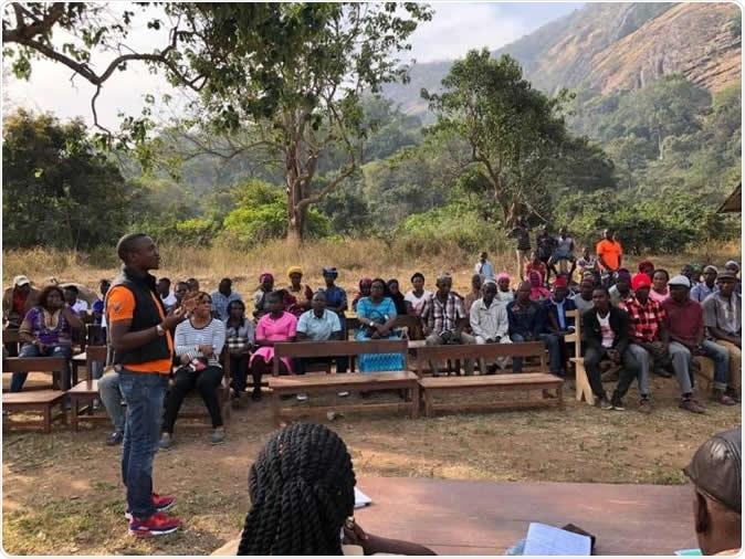 Gli scienziati hanno individuato il virus di Marburgo nei pipistrelli di frutta in Sierra Leone, tracciante la prima volta il virus micidiale è stato trovato in Africa occidentale. A seguito della scoperta del virus in pipistrelli in tre distretti del Sierra Leone, il gruppo di PREDICT-USAID ha lavorato con il governo del Sierra Leone per informare la gente circa il suo nuovo rischio sanitario. Questa foto mostra una riunione della comunità nel villaggio di Kakoya, Sierra Leone nordico. Credito di immagine: Uccello/Uc Davis di Brian un istituto di salubrità