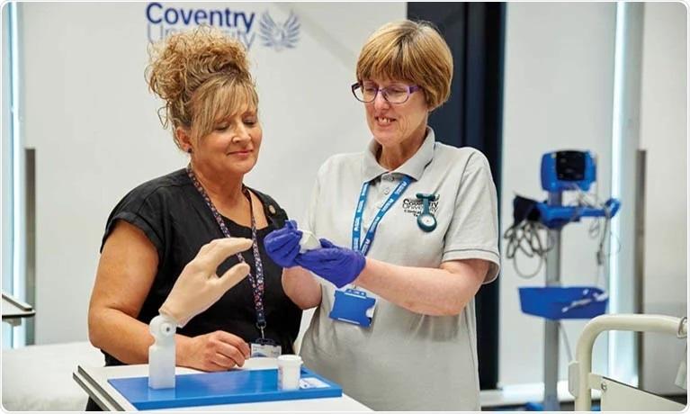El catedrático de Coventry desarrolla el nuevo simulador médico para entregar el entrenamiento de la glucosa en sangre