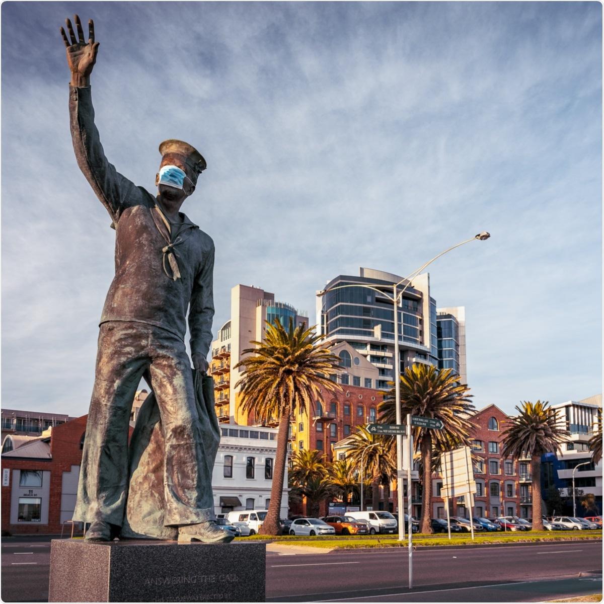 Melbourne, Australia - 24 de julio de 2020: Estatua en la lumbrera Melbourne con la mascarilla en puesto por los bromistas, Melbourne VIC, Australia. Haber de imagen: Alex Cimbal/Shutterstock