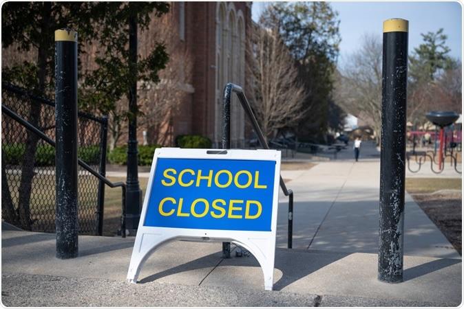"""Um sinal """"fechado"""" fora de uma escola pública em Grand Rapids, Michigan. O estado fechado todas as escolas em março de 2020 para estragar a propagação do coronavirus novo. Crédito de imagem: Ayman Haykal/Shutterstock"""
