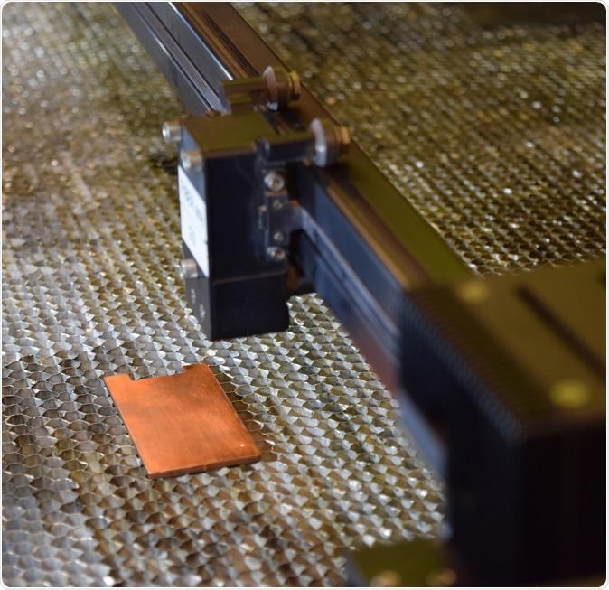 Um laser prepara-se para texture a superfície do cobre, aumentando suas propriedades antimicrobiais. (Foto da universidade de Purdue/astúcias de Kayla)