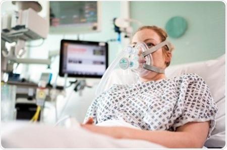 O esforço colaborador entrega o auxílio de respiração do salvamento