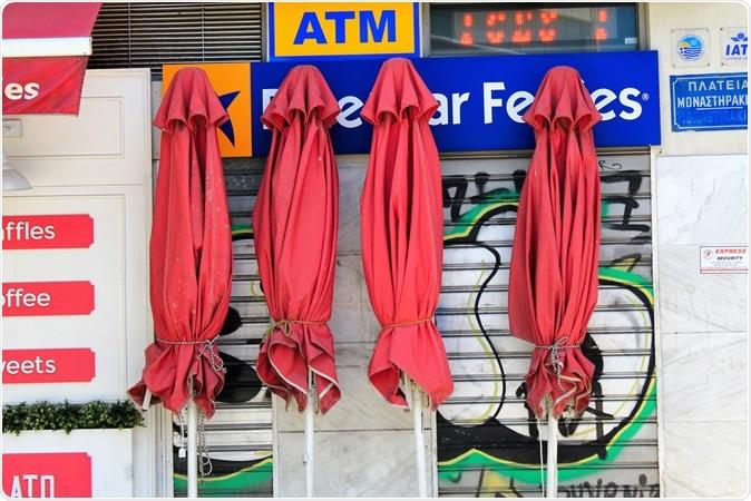 Atenas, Grécia, o 6 de maio de 2020 - lojas fechados no distrito de Monastiraki durante o lockdown de Coronavirus. Crédito de imagem: Theastock/Shutterstock