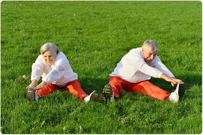 Personas mayores el estirar