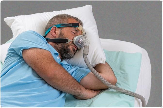 Hombre con apnea durmiente y la máquina de CPAP. Haber de imagen: JPC-PROD/Shutterstock