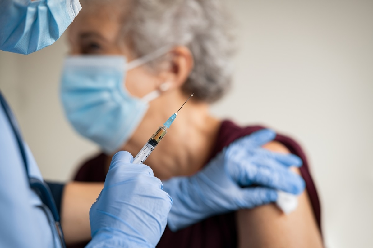 Study: Single-dose SARS-CoV-2 vaccine in a prospective cohort of COVID-19 patients. Image Credit: Rido / Shutterstock