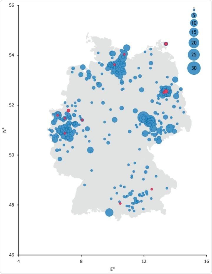Representación esquemática de sitios de recolección en Alemania.  El diámetro de los puntos se correlaciona con la cantidad de muestras recolectadas de cada sitio.  Las muestras de suero que dieron positivo en anticuerpos contra el SARS-CoV-2 mediante ELISA y una prueba de inmunofluorescencia indirecta (iIFT) están coloreadas de rojo.  Las muestras negativas son de color azul.  N ° = grados decimales de longitud y E ° = grados decimales de latitud.