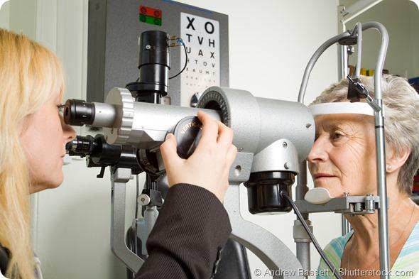 Prueba de la vista de una más vieja señora en los ópticos