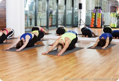 donne che allungano yoga