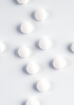 Heart patients with gastrointestinal complications should use low doses of aspirin combined with drugs that treat stomach ulcers rather than taking the anti-platelet drug Plavix, which has been thought to reduce bleeding ulcers, according to a gastroenterologist at UT Southwestern Medical Center and the Dallas Veterans Affairs Medical Center.