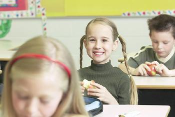 I giovani adulti possono essere motivati per mangiare più servizi delle frutta e delle verdure se sono esposti ai messaggi adattati e pratici circa nutrizione, un